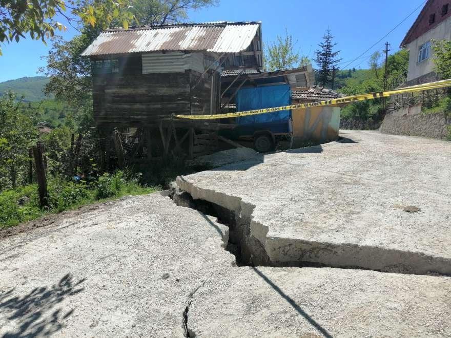 Kaymaların yaşandığı mahallede asfalt yollar adeta patladı Foto: DHA