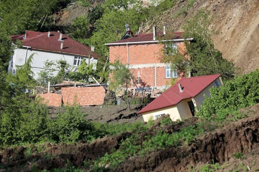 Heyelanın yaşandığı mahallede toprak adeta kaynadı Foto: AA