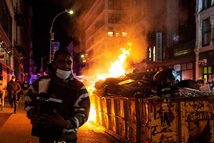 New York'taki gösteriler dün gece de alevlendi.